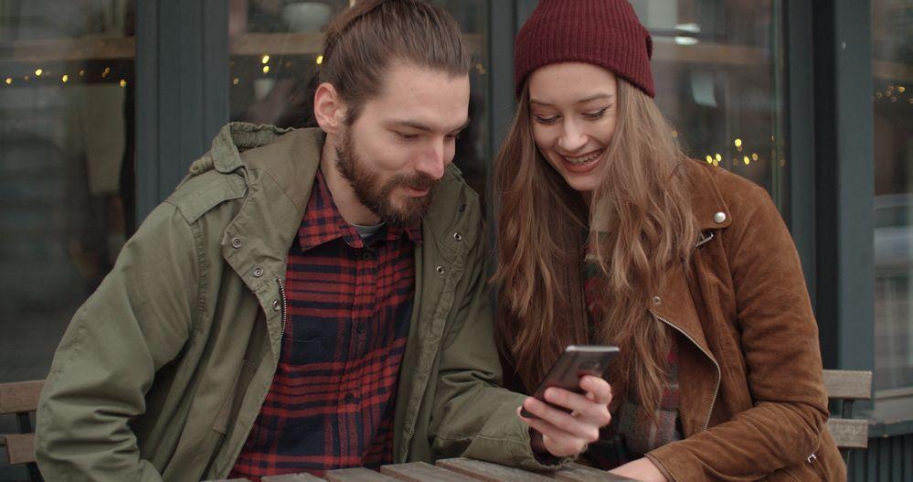 Las parejas o personas que tienen la misma cuenta bancaria sí pueden asociar su número de móvil a la misma cuenta