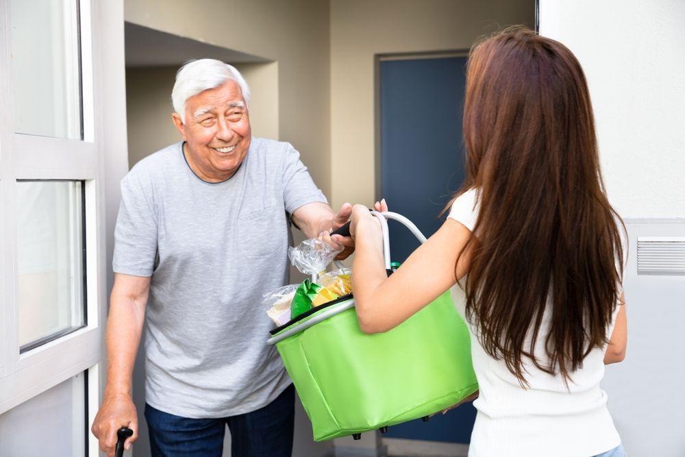 Las personas mayores pagan a sus familiares con Bizum el importe de las compras semanales que han delegado por la pandemia