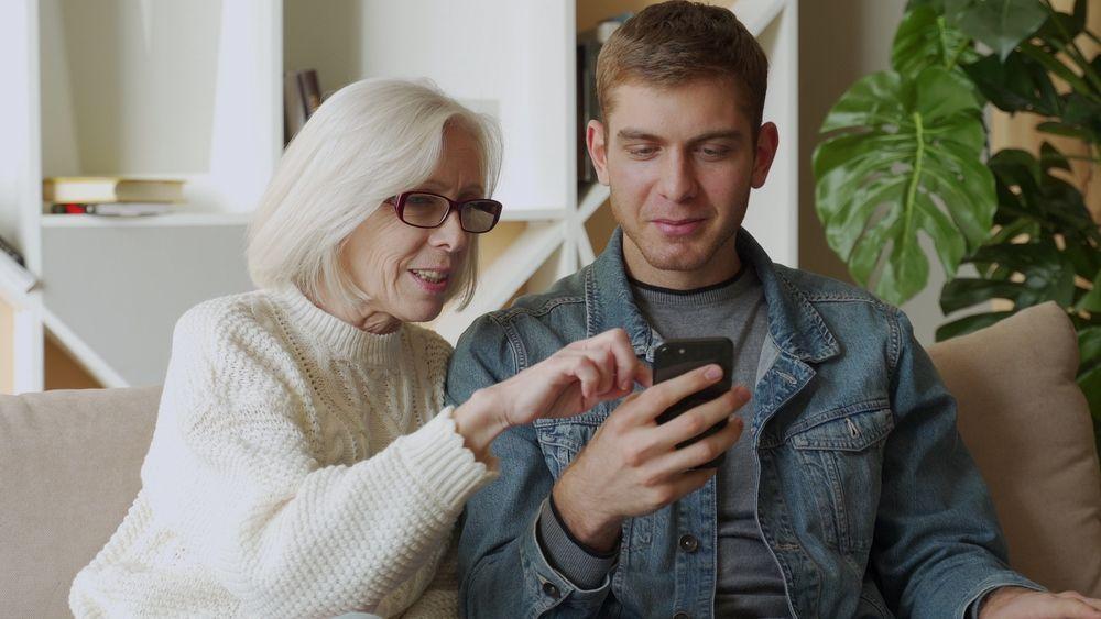 Bizum alegra a nietos al recibir la paga en el móvil y a abuelos al tratarse de un trámite rápido, seguro y sencillo
