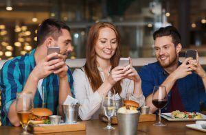 El pago entre amigos y la creación de grupos con Bizum facilita muchas situaciones