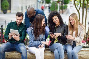 El pago entre amigos españoles en el extranjero es posible si todos tienen asociados sus números de teléfono con cuentas españolas