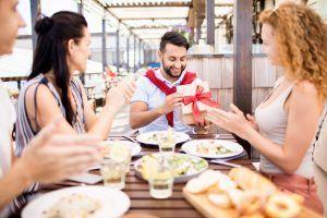 Las solicitudes Bizum te solucionan la petición de dinero en las reuniones de amigos